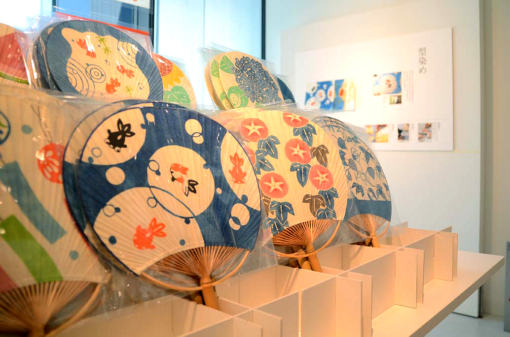 绘染艺术家志贺公子制作的印染和纸,   和纸艺术家森田千晶制作的精美